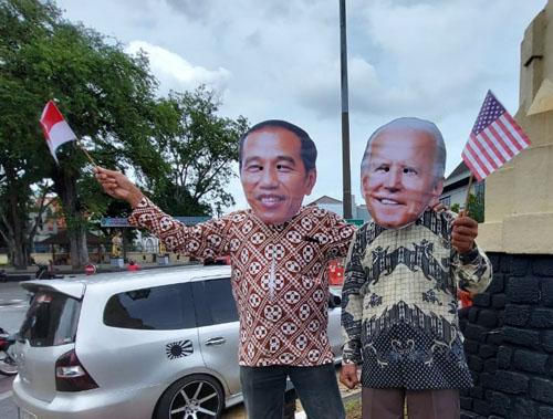 JOKOWI MUDIK KE SOLO : Beri Ucapan Selamat Kepada Presiden Joe Biden..(Aksi Nyeleneh Republik Aeng-Aeng Solo)